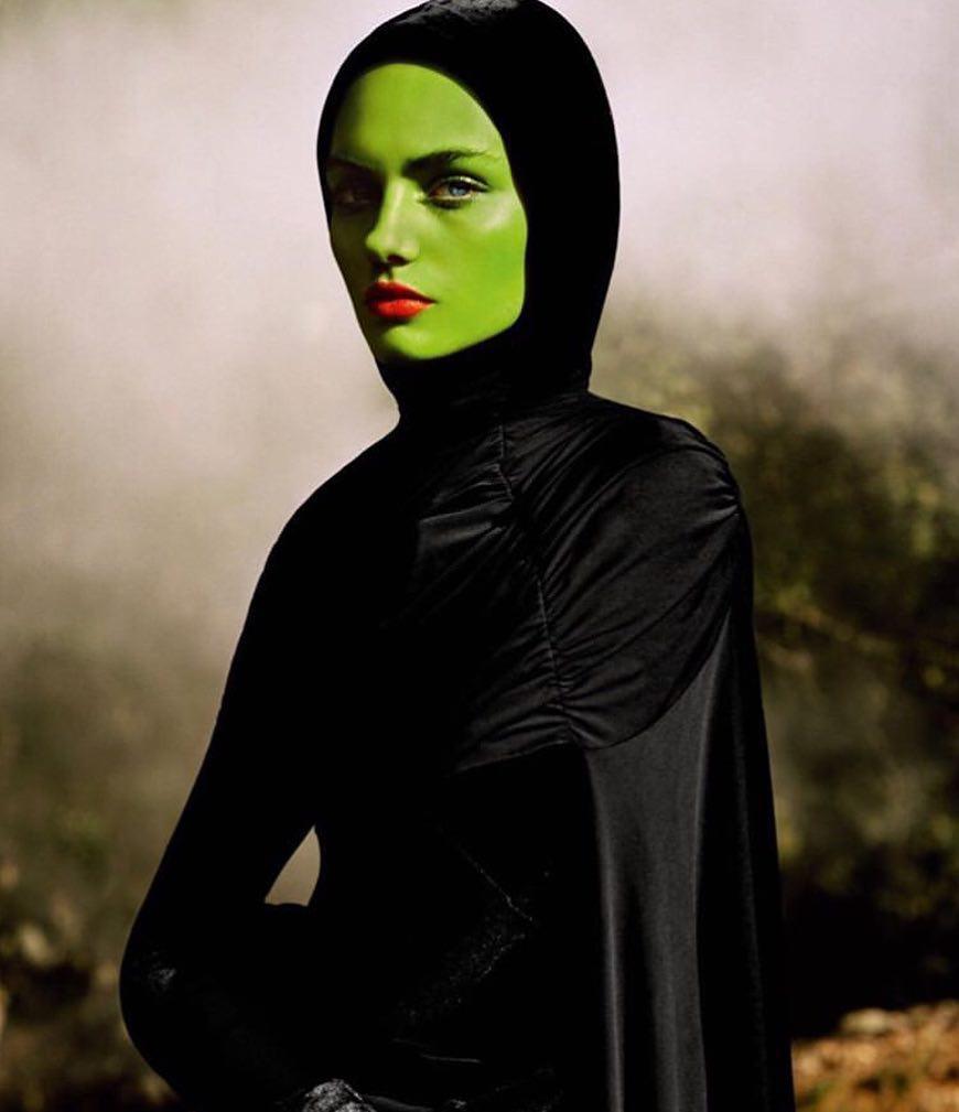 Val Garland maquillando para Vogue París.