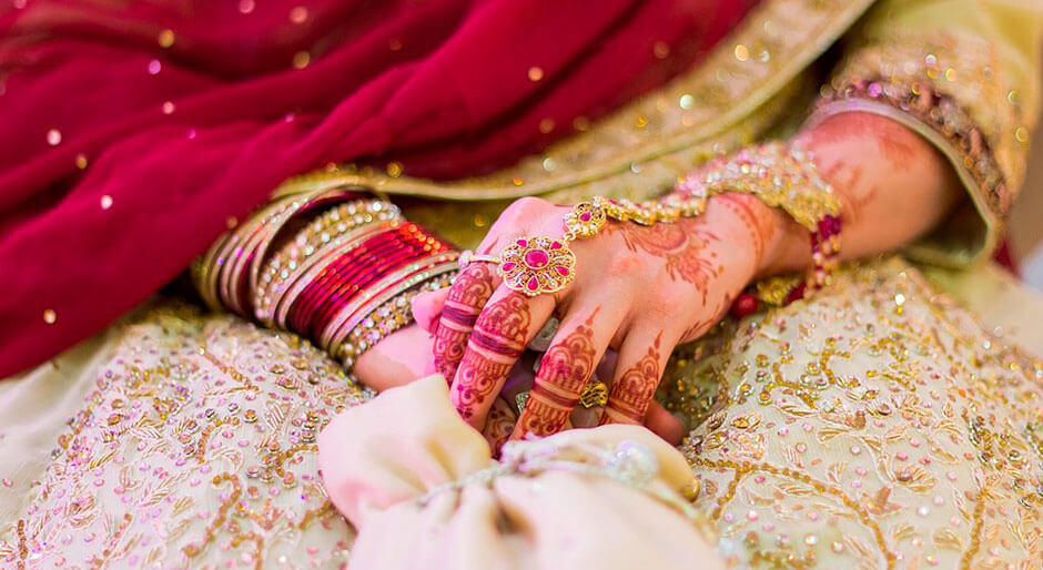 manos tatuadas con motivos indios