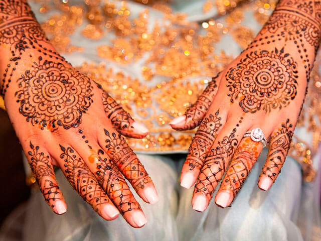 Tradicional tatuaje de manos con henna.