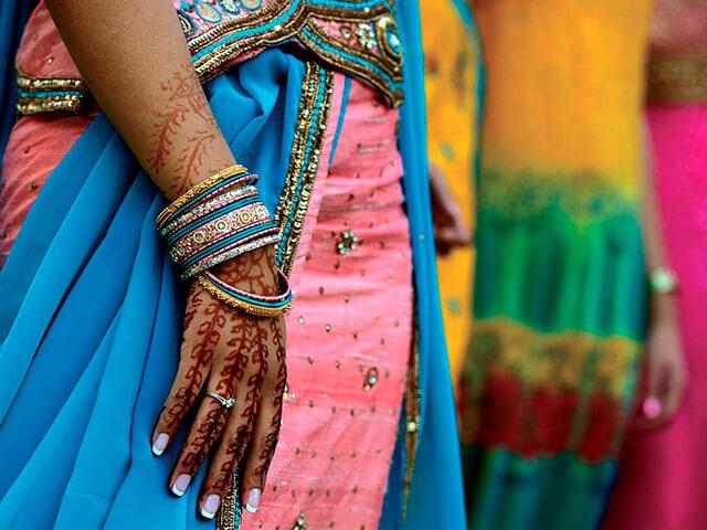 Tatuaje de henna y sari.