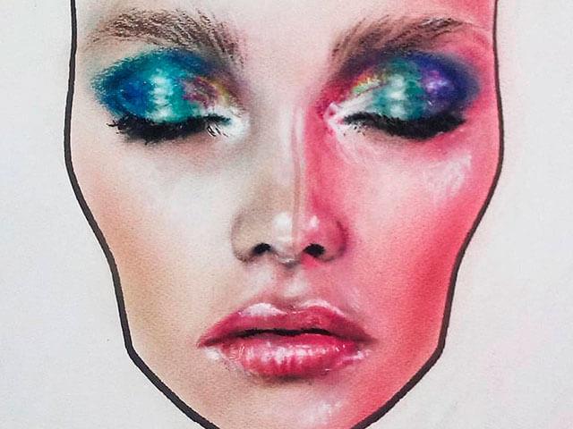 Maquillaje creativo en tonos azules.