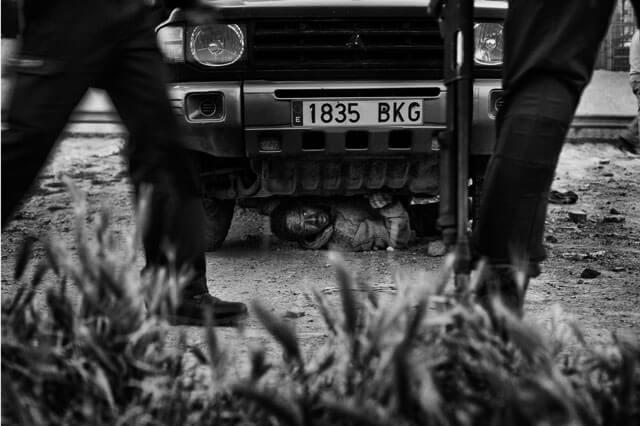 Dos inmigrantes escondiéndose de la Guardia Civil en Melilla.