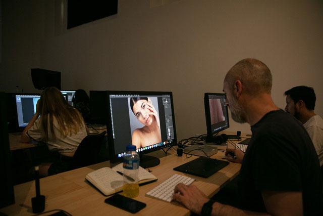 Alumnos en clase de postproducción digital.