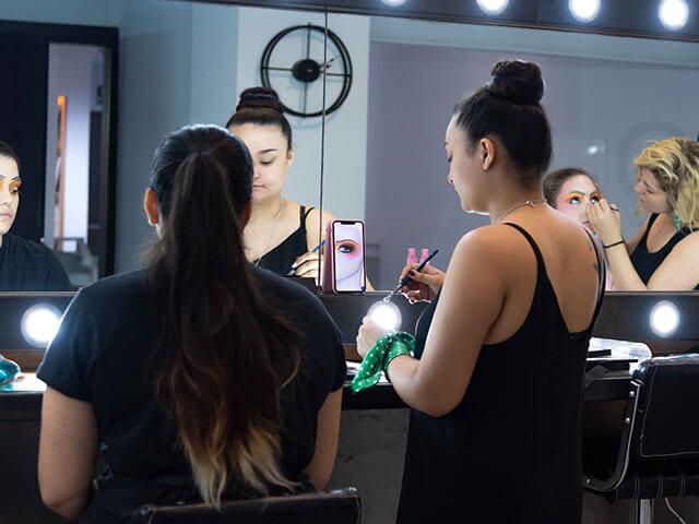 Chicas maquillando.