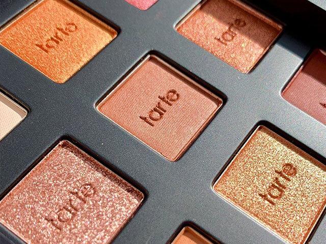 Paleta de sombras cálidas de Tarte Cosmetics.