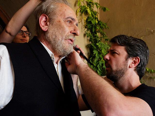 Nacho Díaz maquillando al actor Karra Elejalde.