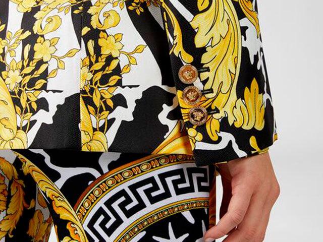 Blazer de seda con estampado savage barroco de VERSACE.