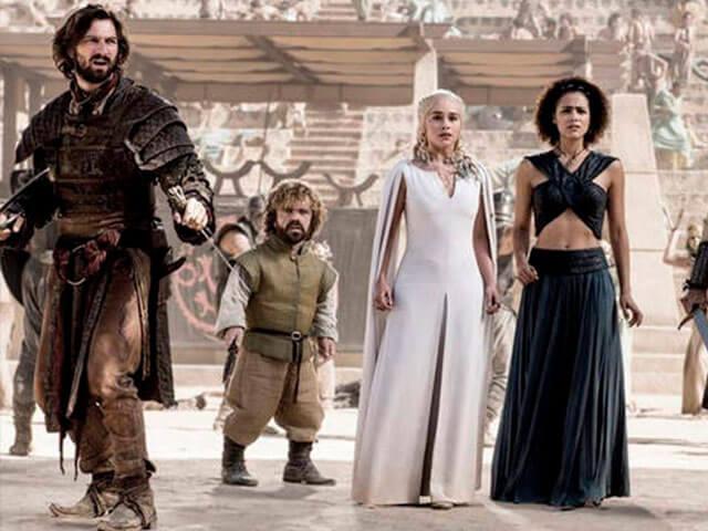 Prendas más desgastadas y maltratadas son los protagonistas de muchos de los estilismos de la serie.