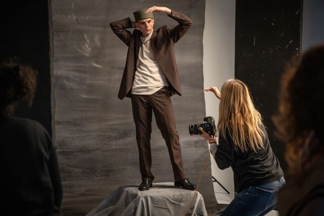 Fotógrafa dirigiendo a un modelo profesional.