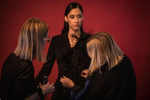 Maquilladora y estilista en una sesión de fotografía.