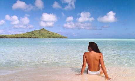 Mujer de espaldas en la playa.