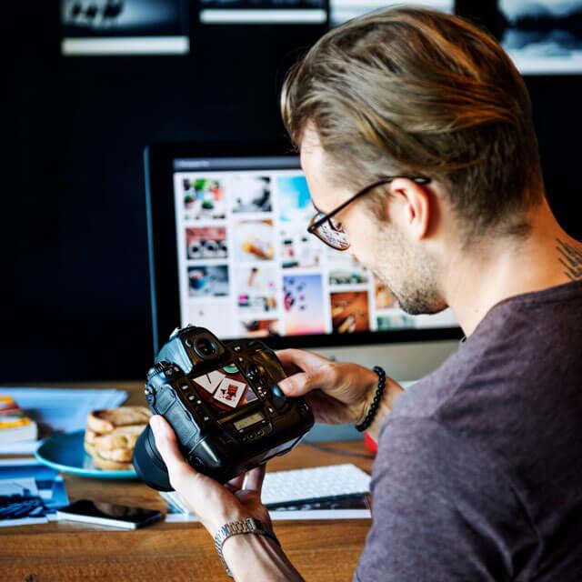 Fotógrafo editando.